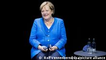 Angela Merkel (CDU), Bundeskanzlerin, sitzt bei einem Podiumsgespräch mit Chimamanda Ngozi Adichie, nigerianische Schriftstellerin, auf der Bühne im Schauspielhaus. Das Treffen war geplant für die Festivaleröffnung von Theater der Welt 2020, dann jedoch durch die Pandemie um ein Jahr verschoben. +++ dpa-Bildfunk +++