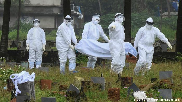 Керала, Индия: хора в защитни костюми пренасят тялото на починалото от вируса Нипа 12-годишно индийче
