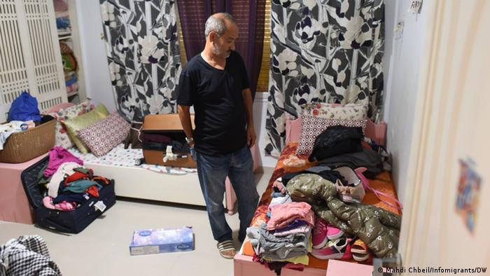 شمس الدين مرزوقي في الغرفة التي كان ينام بها أحفاده، يهم بترتيبها من أجل إيواء مهاجرين من أفريقيا جنوب الصحراء فيها. مهدي شبيل\مهاجر نيوز - صورة بتاريخ 28 أغسطس/ آب 2021