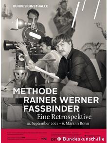 Ausstellungsplakat der Bundeskunsthalle: Zu sehen ist Rainer Werner Fassbinder beim Dreh mit einem Drehbuch in der Hand, dahinter die Kamera.