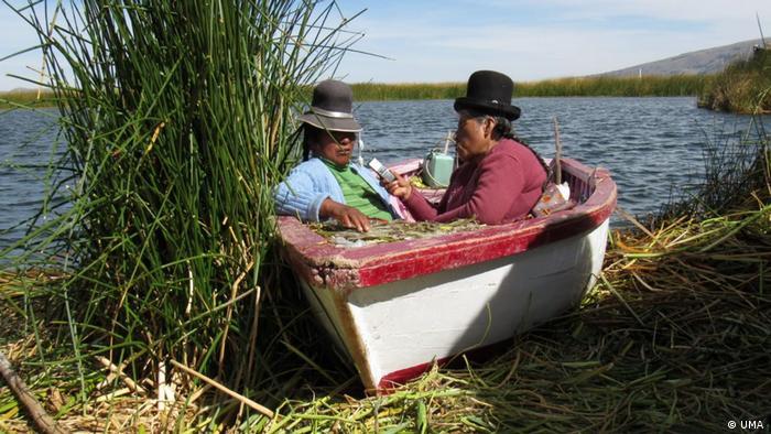 DW Akademie Frauen von UMA Radio führen Interviews am Titicacaseeim Süden Perus