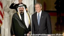 14.11.2008, Riad, Saudiarabien, US President George W. Bush (r) greets King Abdullah Bin Abdulaziz of Saudi Arabia to the White House for a working dinner at the start of the G20 Summit on Financial Markets and the World Economy in Washington, DC, USA, 14 November 2008. Saudi state TV has announced on 22 January 2015 that Saudi King Abdullah bin Abdul Aziz, who was admitted to a hospital in Riyadh with pneumonia, has died. EPA/Gary Fabiano +++ dpa-Bildfunk +++