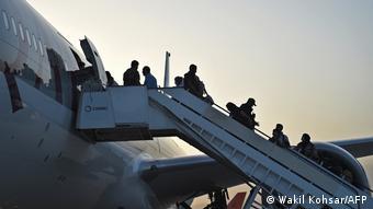 Пассажиры поднимаются на борта самолета авиакомпании Qatar Airways, вылетающего из Кабула