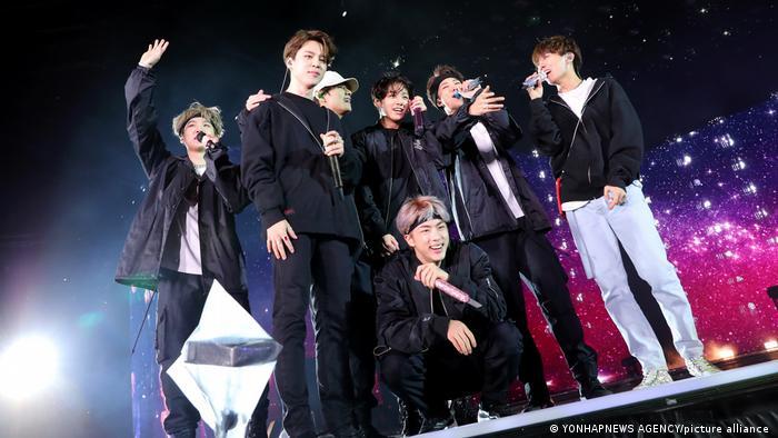 Die Mitglieder von BTS auf der Bühne im März 2015.