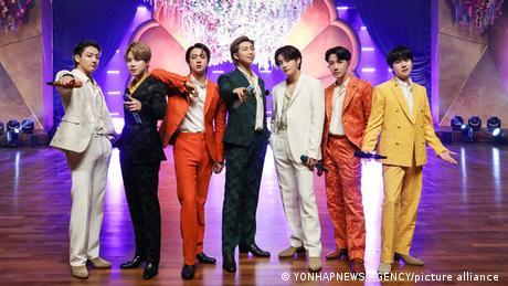 Gruppenfoto von BTS in bunten Anzügen bei den Grammys 2021.