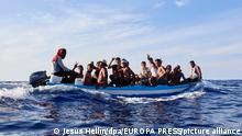 Eine Gruppe von etwa 17 Migranten aus Chebba (Tunesien) fährt in einem kleinen Fischerboot durch das Mittelmeer in Richtung der Insel Lampedusa. Die Besatzung des Schiffes «Astral», das der NGO Open Arms gehört, sichtete das Fischerboot am Abend des 8. September und eskortierte es in Richtung der Küste von Lampedusa, bis sie sicher war, dass die italienische Küstenwache die Migranten in Sicherheit brachte. +++ dpa-Bildfunk +++