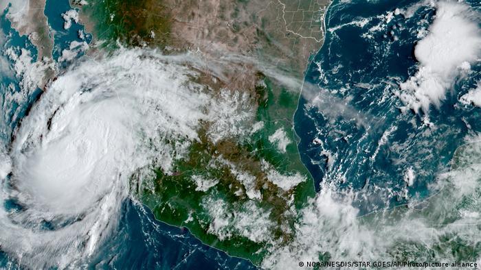Satellitenbild des Hurrikanes Olaf in der Nähe von Baja California in Mexiko