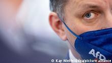 2021, Dresden, Deutschland, Tino Chrupalla, AfD- Bundessprecher, spricht mit einer FFP2-Maske mit AfD-Logo in der Dresdener Messehalle beim Bundesparteitag der AfD zu Medienvertretern. Ein Thema ist der Beschluss des Wahlprogramms für die Bundestagswahl. +++ dpa-Bildfunk +++