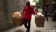 Chongqing hat mehr als 34 Mio. Einwohner. Hier leben und arbeiten auch Bangbangs, die traditionellen Umzugshelfer, die ihre Lasten auf Bambusstöcken durch die Stadt tragen. Rechte: sind nur für diesen Beitrag gegeben!