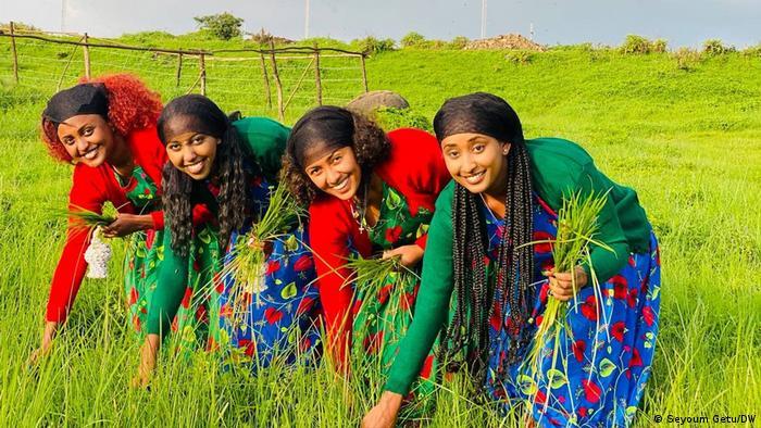 Ovo su mlade Etiopljanke koje po običaju prvog dana nove godine beru cveće i pevaju tradicionalne pesme. Etiopija ima poseban kalendar pa se Nova godina - Enkutataš - slavi 11. septembra ili ako je prestupna, 12. septembra. To je nacionalni praznik u ovoj pretežno hrišćanskoj zemlji u kojoj je kalendar drugačiji pa su sada dočekali 2014. Melkam Adis Amet! Srećna Nova godina!