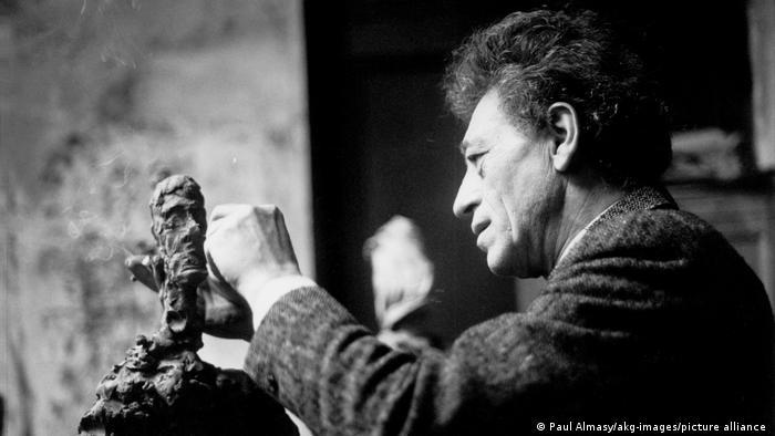 Друг автор, който постоянно е преработвал творбите си, е швейцарският художник и скулптор Алберто Джакомети (1901–1966). Не само поради финансови причини, но също и защото очевидно не е бил доволен от крайния резултат. Когато е творял, Джакомети често ругаел, недоволствал и започвал работата отначало. Така например над един портрет на своя приятел Джеймс Лорд той работил цели 18 дни.