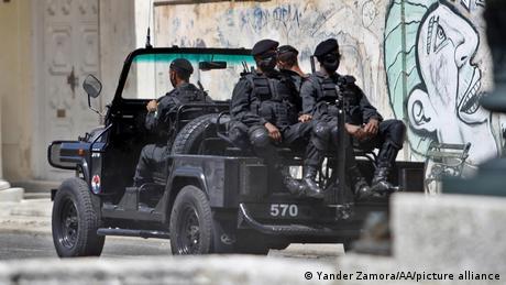 Fuerzas especiales patrullan las calles de La Habana.
