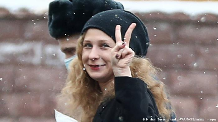 Maria Alechina zeigt das Victory-Zeichen mit den Fingern