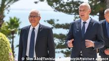 Kais Saied (M), Präsident von Tunesien, und Josep Borrell (l), EU-Außenbeauftragter, gehen gemeinsam spazieren. Borrell ist zu Besuch in Tunesien. +++ dpa-Bildfunk +++