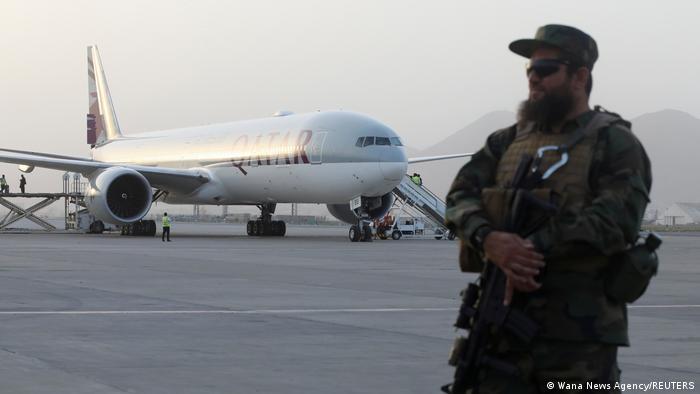 Ein Taliban-Wachmann auf dem Rollfeld - vor der Chartermaschine aus Katar