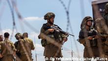 Israelische Soldaten stehen an einem Sicherheitszaun im Westjordanland Wache, nachdem sechs palästinensische Gefangene aus dem Gilboa-Gefängnis ausgebrochen sind. Nach Angaben der Behörden gehören fünf der Flüchtigen der Bewegung Islamischer Dschihad an, einer ist ein ehemaliger Kommandeur einer bewaffneten Gruppe, die mit der etablierten Fatah-Partei verbunden ist. +++ dpa-Bildfunk +++