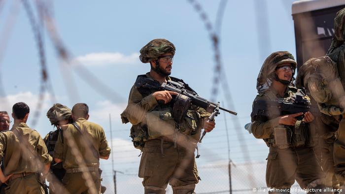 Schwer bewaffnete israelische Soldaten