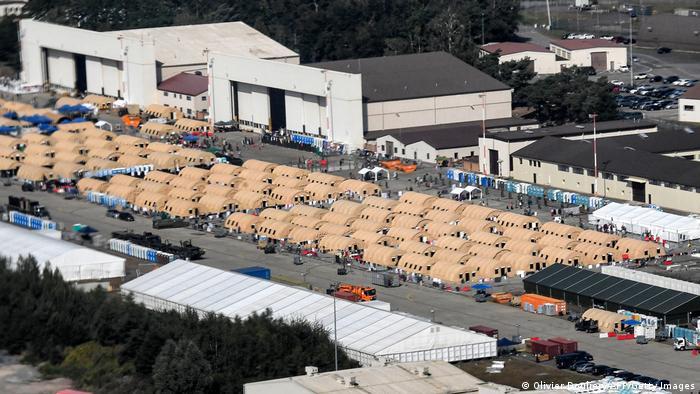 Палаточный городок для афганских беженцев на базе ВВС США Рамштайн