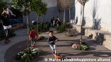 Griechenland Athen | Kinder spielen in einem Minipark