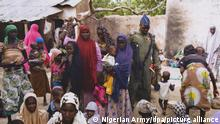 epa04728031 An undated handout picture released by the Nigerian army on 30 April 2015 made available 01 May 2015 and taken this week in an undisclosed location in the Sambisa Forest, Borno state, Nigeria shows a member of the Nigerian Army standing with a group of women and children rescued in an operation against the militant Islamist group Boko Haram. The Nigerian military reported Boko Haram hostages were held in terrible conditions in the Sambisa Forest after they freed nearly 500 women and girls through the week. EPA/NIGERIAN ARMY/HO BEST QUALITY AVAILABLE HANDOUT EDITORIAL USE ONLY/NO SALES ++ +++ dpa-Bildfunk +++