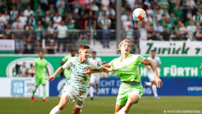 تیم فوتبال فا.اف.ال. وولفسبورگ (پیراهن سبز) با کسب چهارمین پیروزی در چهارمین دیدار فصل و تصاحب ۱۲ امتیاز، همچنان صدرنشین جدول بوندسلیگا است. وولفسبورگ چهارمین بُرد را با برتری ۲ بر صفر مقابل تیم گرویتر فورت در زمین حریف، به خود اختصاص داد.