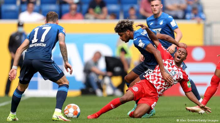 تیم فوتبال اف.اس.فا ماینتس که در فصل گذشته به سختی از چالش و خطر سقوط به بوندسلیگای ۲ با موفقیت عبور کرده بود، در چهارمین دیدار خود در فصل جدید به سومین پیروزی دست یافت. پایتختنشینان ایالت راینلندفالس آلمان تیم پُر ستاره هوفنهایم (پیراهن آبی) را در زمین حریف با نتیجه ۲ بر صفر شکست دادند.