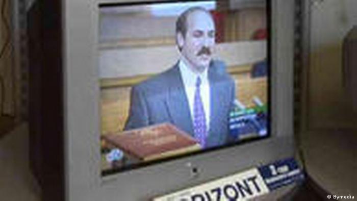 По телевизору показывают первую инаугурацию Лукашенко
