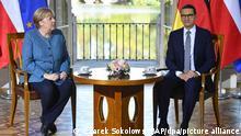 Bundeskanzlerin Angela Merkel (CDU) und Mateusz Morawiecki, Ministerpräsident von Polen, sitzen bei einem Treffen im Lazienki-Palast. Bei ihrem Besuch in Polen gedachte Merkel den Opfern des Zweiten Weltkriegs und legte am Grabmal des Unbekannten Soldaten einen Kranz nieder. Themen bei ihrem eintägigen Besuchs sind unter anderem die Zukunft der EU und die bilateralen Beziehungen. +++ dpa-Bildfunk +++