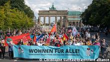 Bei einer Demonstration gegen hohe Mieten in Berlin halten Teilnehmer ein Transparent mit der Aufschrift «Wohnen für Alle!» auf der Straße des 17. Juni vor dem Brandenburger Tor. Aufgerufen zum Protest hatte das «Berliner Bündnis gegen Verdrängung und Mietenwahnsinn».