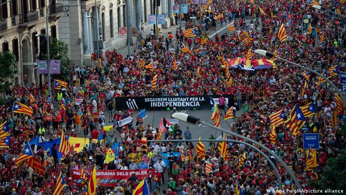 Сторонники независимости Каталонии на улицах Барселоны, 11 сентября 2021 года