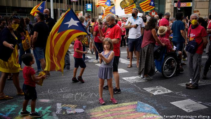 Spanien Barcelona | Ein Mädchen mit der Flagge der Separatisten