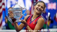 11.09.2021 Emma Raducanu, of Britain, holds up the US Open championship trophy after defeating Leylah Fernandez, of Canada, during the women's singles final of the US Open tennis championships, Saturday, Sept. 11, 2021, in New York. (AP Photo/Seth Wenig)