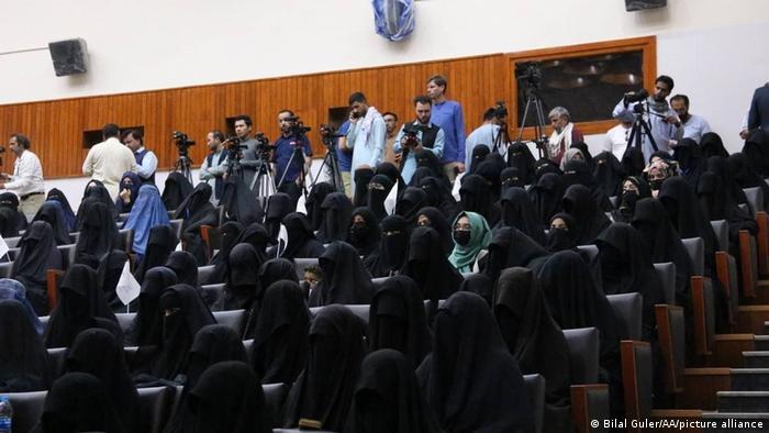 Акция женщин в поддержку Талибана в одном из университетов Кабула, 11 сентября 2021 года