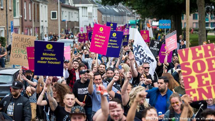 Участники акции протеста против коронавирусных ограничений в Тилбурге