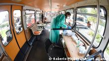Die medizisch-technische Assistentin (PTA) Katja Dahlmann zieht in einem stillgelegten Schwebebahnwagen auf einem Spielplatz Spritzen zum Impfung gegen Corona auf. Impfwillige können sich dort bei der Sonderaktion ohne Anmeldung impfen lassen. +++ dpa-Bildfunk +++
