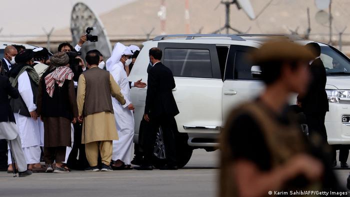 Al Thani a su llegada al aeropuerto de Kabul.
