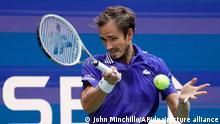 Tennis: Grand Slam/ATP-Tour - US Open, Einzel, Herren, Halbfinale, Auger-Aliassime (Kanada) - Medwedew (Russland): Daniil Medwedew in Aktion. +++ dpa-Bildfunk +++