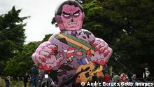 BRASILIA, BRAZIL -JANUARY17: Demonstrators raise large puppet representing Brazil's President Jair Bolsonaro as a killer during a protest in favor of Bolsonaro's impeachment in front of the headquarters of Brazil's health agency ANVISA (National Health Surveillance Agency) amidst the Coronavirus (COVID - 19) pandemic on January 17, 2021 in Brasilia.Brazil has over 8.455,000 confirmed positive cases of Coronavirus and has over 209,296 deaths. (Photo by Andre Borges/Getty Images)
