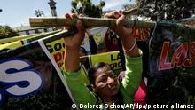 12.03.2018, Ecuador, Quito:Eine Gruppe indigener Frauen aus demAmazonas-Gebiet nimmt an einer Demonstration gegen die Umweltpolitik der Regierung unter Moreno teil. Die Aktivisten fordern den Präsident auf, an einem Verhandlungsrunde mit ihnen teilzunehmen. Ihre Kritik richtet sich vor allem gegen die Pläne der Regierung, verstärkt Ölbohrungen durchzuführen und den Bergbau im Regenwald auszubauen. Foto: Dolores Ochoa/AP/dpa +++ dpa-Bildfunk +++
