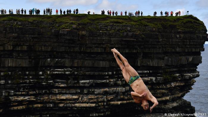 Litica koja oduzima dah nalazi se na severoistoku Irske, na rtu Downpatrick Head. Sveže je tamo ovih dana, ali to nije sprečilo Stivena LoBjua iz Sjedinjenih Država i njegove koleginice i kolege da se pokažu u okviru Svetske serije u skokovima sa litice.