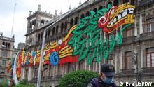 Die Gebäude rund um den Zócalo sind prachtvoll geschmückt. Polizisten halten Wache Tag und Nacht damit keiner bis zum 15. September reinkommen kann. Foto: Eva Usi/DW am 12.09.2021 in Mexico City