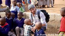 Bildertitel: Syrischer Flüchtling hilft Kindern in Tansania. Rechte: Zsanna Szabó/ Supai e.V.