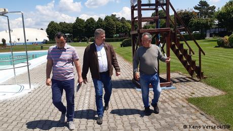 Zoltan Soos (la mijloc) într-un parc din Târgu Mureș