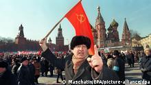 Ein Anhänger der Kommunistischen Partei Rußlands ruft während einer Demonstration am 27.3.1997 in Moskau regierungsfeindliche Parolen. Etwa eine Million Menschen haben in ganz Rußland gegen soziale Mißstände und ausbleibende Löhne protestiert. An der zentralen Kundgebung auf dem Moskauer Roten Platz beteiligten sich etwa 100000 Menschen. Zwischenfälle wurden von den Kundgebungen nicht gemeldet. Kommunistenchef Gennadi Sjuganow hatte vor Beginn der Veranstaltung angekündigt: «Wir garantieren, daß wir die Gesetze einhalten werden.» Der Gewerkschaftssekretär Andrej Issajew forderte die Regierung auf, ausstehende Löhne bis zum 1. Mai nachzuzahlen.