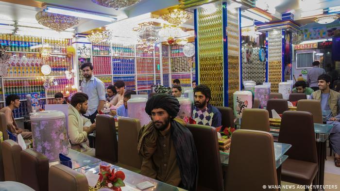 در عکسها و ویدیوهایی که خبرگزاریها منتشر کردهاند، میتوان دید که روال زندگی روزمره در افغانستان آرام آرام از سر گرفته میشود. صاحب این رستوران در هرات نیز از بازگشت مهمانان خرسند است. تنها چیزی که جلب توجه میکند، نبود زن در این رستوران است. از زمان روی کار آمدن طالبان در افغانستان حضور زنان در خیابانها کمرنگ شده است.