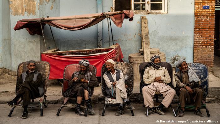 تصویری از کارگران روزمزد در یکی از خیابانهای کابل در انتظار کار نشستهاند. در پی روی کار آمدن طالبان وضعیت اقتصادی در افغانستان به شدت دچار بحران شده و بسیاریها کار خود را از دست دادهاند.