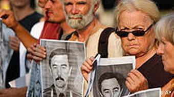 Участники акции протеста держат в руках портрет исчезнувшего Юрия Захаренко