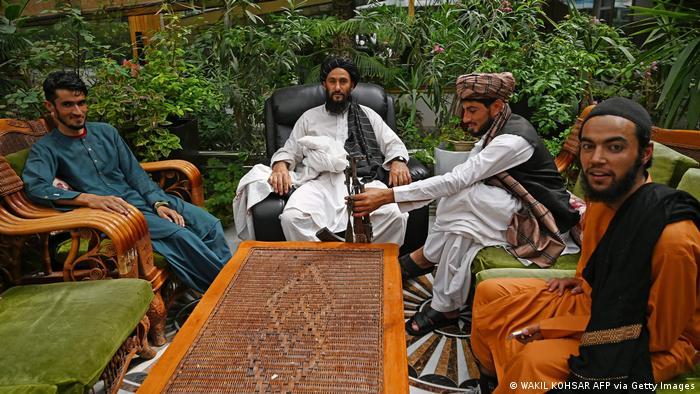 وضعیت املاک و مستغلات نیز دگرگون شده است. این باغستان و ویلادی واقع در آن در کابل به عبدالرشید دوستم، یکی از جنگسالاران افغانستان تعلق داشت که در این میان به ازبکستان پناه برده است. نیروهای طالبان پس از فتح کابل این باغستان و ویلا را به تصرف خود درآوردهاند.