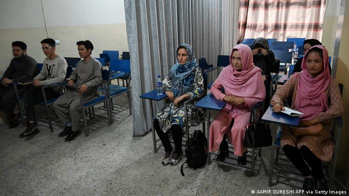 وضعیت آموزشی نیز تحت شرایطی متفاوت جریان دارد. تصویری از یکی از دانشگاههای خصوصی در کابل که میان دانشجویان زن و مرد با پرده فاصلهگذاری شده است. عبدالباقی حقانی، وزیر آموزش عالی طالبان، تحصیل مشترک را مغایر اصول شرع و ارزشها و سنن ملی خوانده است.