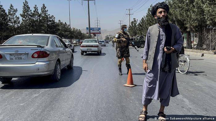 آنچه در صحنههای خیابانها به چشم میخورد، پستهای بازرسی است و نیروهای مسلح که رفت و آمد مردم را سخت کنترل میکنند.
